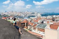 Κορίτσι που στέκεται στη στέγη και που εξετάζει την πόλη Ιστανμπούλ Στοκ εικόνα με δικαίωμα ελεύθερης χρήσης