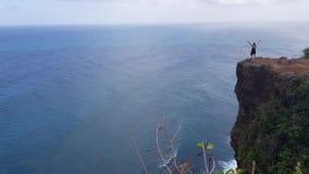 Κορίτσι που στέκεται στον απότομο βράχο