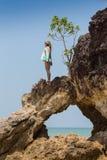 Κορίτσι που στέκεται στους παράκτιους βράχους θάλασσας Καλά - όντας υγιής τρόπος ζωής Στοκ Εικόνα