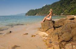 Κορίτσι που στέκεται στους παράκτιους βράχους θάλασσας Καλά - όντας υγιής τρόπος ζωής Στοκ εικόνες με δικαίωμα ελεύθερης χρήσης