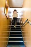 Κορίτσι που στέκεται Upstair Στοκ Εικόνες