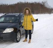 Κορίτσι που σταματούν στο δρόμο λόγω της αποτυχίας αυτοκινήτων Στοκ Φωτογραφία