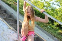 Κορίτσι που στηρίζεται μετά από Στοκ φωτογραφία με δικαίωμα ελεύθερης χρήσης