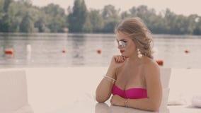 Κορίτσι που στηρίζεται στην παραλία 1 απόθεμα βίντεο