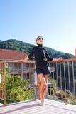 Κορίτσι που στηρίζεται στο μπαλκόνι Στοκ Φωτογραφία