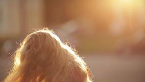 Κορίτσι που στροβιλίζει και που θέτει με όμορφο μακρυμάλλη στο πάρκο φιλμ μικρού μήκους