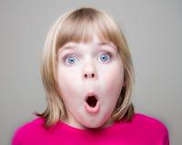 κορίτσι που συγκλονίζ&omicron στοκ φωτογραφία με δικαίωμα ελεύθερης χρήσης