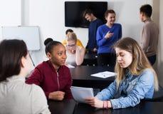 Κορίτσι που συμβουλεύεται το συμφοιτητή Στοκ Φωτογραφία