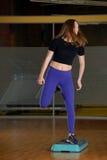Κορίτσι που συμμετέχεται φίλαθλο στο βήμα στην πλατφόρμα για το βήμα στη γυμναστική Στοκ Εικόνες