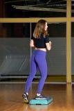 Κορίτσι που συμμετέχεται φίλαθλο στο βήμα στην πλατφόρμα για το βήμα στη γυμναστική Στοκ εικόνα με δικαίωμα ελεύθερης χρήσης