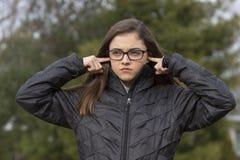 Κορίτσι που συνδέει τα αυτιά της στοκ φωτογραφία με δικαίωμα ελεύθερης χρήσης