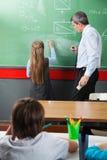 Κορίτσι που σύρει τις γεωμετρικές μορφές εν πλω μέσα Στοκ εικόνες με δικαίωμα ελεύθερης χρήσης