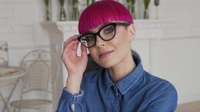 Κορίτσι που τίθεται στα γυαλιά της στην αργός-Mo και το χαμόγελο απόθεμα βίντεο