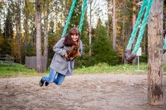 Κορίτσι που ταλαντεύεται σε μια παλαιά ταλάντευση Στοκ εικόνες με δικαίωμα ελεύθερης χρήσης