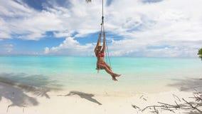 Κορίτσι που ταλαντεύεται σε μια ταλάντευση στις Μαλδίβες, 4K φιλμ μικρού μήκους
