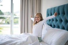 Κορίτσι που τεντώνει τα όπλα της ξυπνώντας στην κρεβατοκάμαρα Στοκ φωτογραφία με δικαίωμα ελεύθερης χρήσης