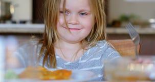 Κορίτσι που τινάζει το κεφάλι της ενώ έχοντας τα τρόφιμα 4k φιλμ μικρού μήκους
