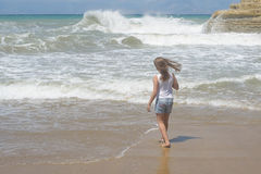 Κορίτσι που τρέχει κοντά στη θάλασσα με τα κύματα Στοκ φωτογραφία με δικαίωμα ελεύθερης χρήσης