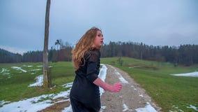 Κορίτσι που τρέχει μακριά μπροστά από τον απαγωγέα απόθεμα βίντεο