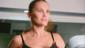 Κορίτσι που τρέχει στη γυμναστική φιλμ μικρού μήκους