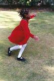 Κορίτσι που τρέχει στη χαρά Στοκ φωτογραφία με δικαίωμα ελεύθερης χρήσης