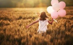 Κορίτσι που τρέχει στον τομέα δημητριακών Στοκ εικόνα με δικαίωμα ελεύθερης χρήσης