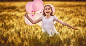 Κορίτσι που τρέχει στον τομέα δημητριακών Στοκ Φωτογραφία