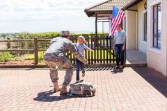 Κορίτσι που τρέχει το στρατιωτικό πατέρα στοκ φωτογραφία με δικαίωμα ελεύθερης χρήσης