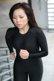 κορίτσι που τρέχει το φίλ&alph Στοκ φωτογραφία με δικαίωμα ελεύθερης χρήσης