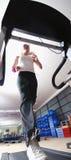 Κορίτσι που τρέχει treadmill στη γυμναστική Στοκ Φωτογραφία