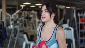 Κορίτσι που τρέχει treadmill στο δωμάτιο ικανότητας αεροβικές κάνοντας νεο&la Ασκώντας στη γυμναστική, treadmill απόθεμα βίντεο