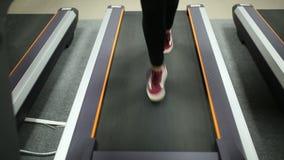 Κορίτσι που τρέχει treadmill στο δωμάτιο ικανότητας απόθεμα βίντεο