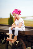 Κορίτσι που τρώει ένα lollipop στοκ εικόνα