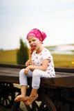 Κορίτσι που τρώει ένα lollipop στοκ εικόνες