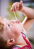 Κορίτσι που τρώει τα μακαρόνια στοκ φωτογραφία