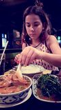 Κορίτσι που τρώει τα ταϊλανδικά τρόφιμα στοκ εικόνα με δικαίωμα ελεύθερης χρήσης