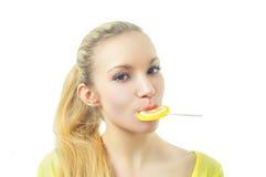 Κορίτσι που τρώει την καραμέλα Στοκ Εικόνα