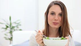 Κορίτσι που τρώει τη σαλάτα φιλμ μικρού μήκους