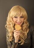 Κορίτσι που τρώει τη φρυγανιά Στοκ Εικόνες