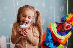 Κορίτσι που τρώει το κέικ γενεθλίων Στοκ φωτογραφίες με δικαίωμα ελεύθερης χρήσης