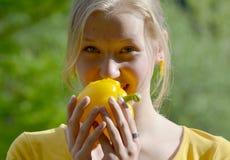 Κορίτσι που τρώει το κίτρινο πιπέρι Στοκ Εικόνα