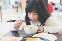 Κορίτσι που τρώει το κύπελλο ρυζιού Tempura Στοκ Φωτογραφία