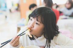 Κορίτσι που τρώει το κύπελλο ρυζιού Tempura Στοκ εικόνα με δικαίωμα ελεύθερης χρήσης