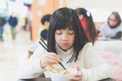 Κορίτσι που τρώει το κύπελλο ρυζιού Tempura Στοκ Φωτογραφίες