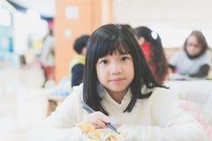 Κορίτσι που τρώει το κύπελλο ρυζιού Tempura Στοκ φωτογραφία με δικαίωμα ελεύθερης χρήσης