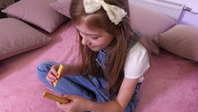 Κορίτσι που τρώει το ξηρό ψωμί φιλμ μικρού μήκους