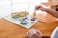 Κορίτσι που τρώει το φραγμό χοιρινού κρέατος Β Que& x28 BBQ& x29  στοκ φωτογραφίες