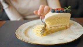 Κορίτσι που τρώει cheesecake στον καφέ φιλμ μικρού μήκους