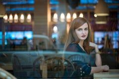 Κορίτσι που φαίνεται έξω παράθυρο στον καφέ Στοκ φωτογραφίες με δικαίωμα ελεύθερης χρήσης