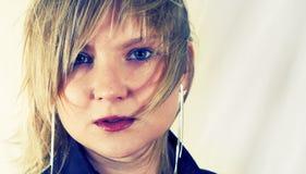 κορίτσι που φαίνεται ανη&sigm Στοκ Φωτογραφία